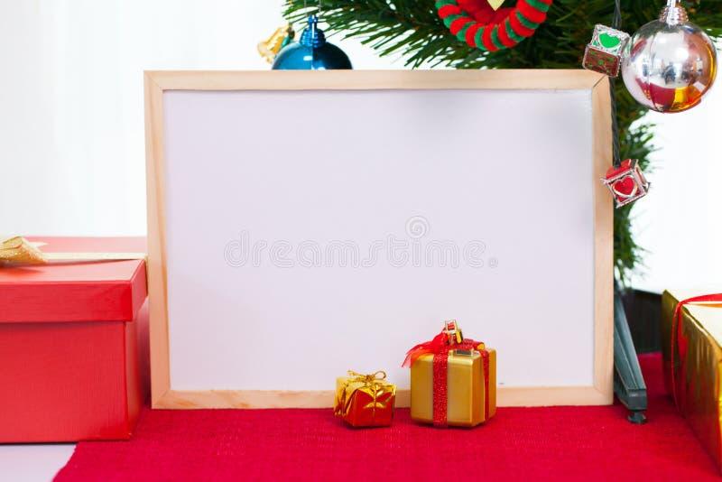 与圣诞节装饰的木照片框架在隆重 红色 图库摄影
