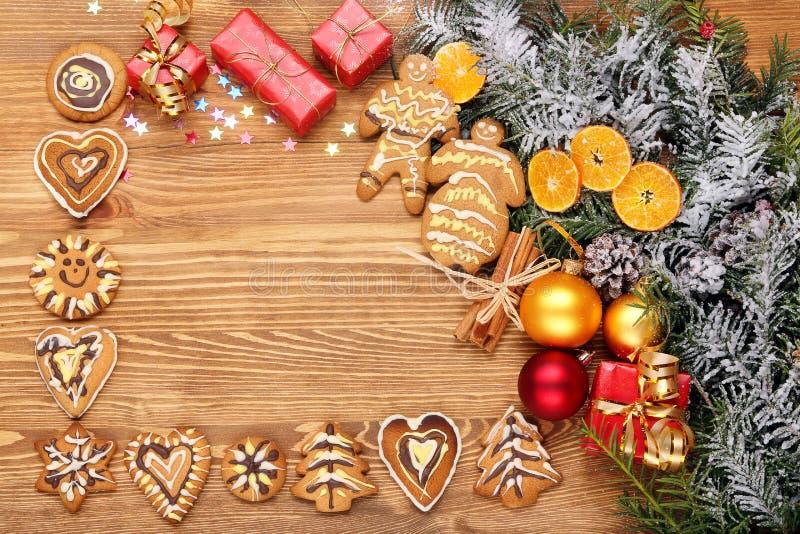与圣诞节装饰的木背景 免版税库存照片