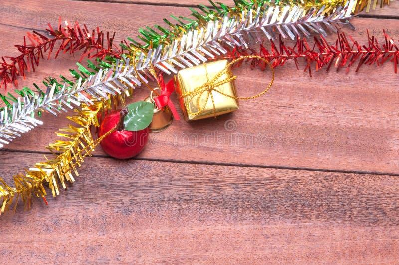 与圣诞节装饰的木背景 免版税库存图片