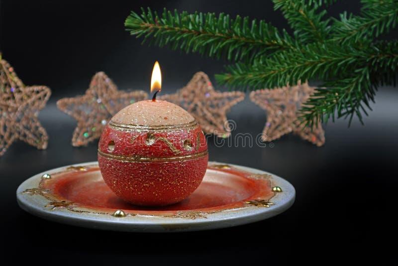 与圣诞节装饰的灼烧的蜡烛在背景 库存图片