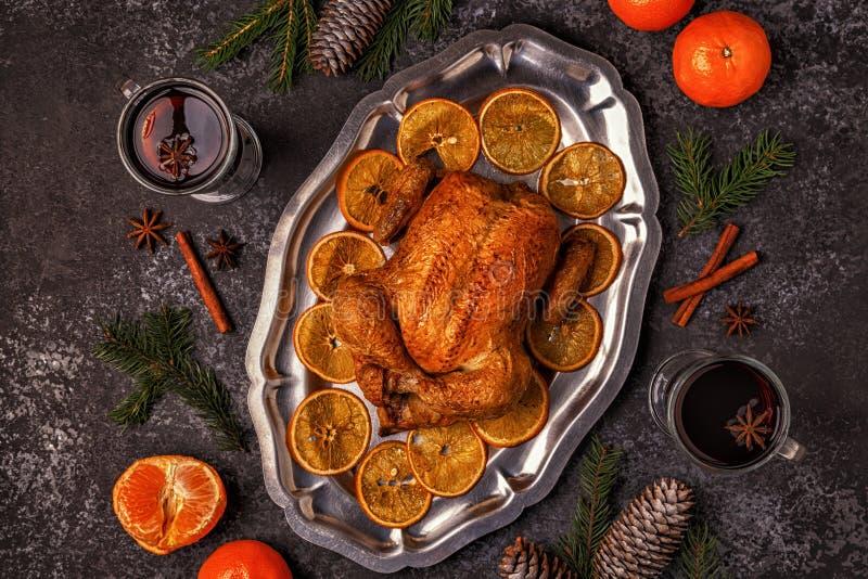 与圣诞节装饰的烤整鸡 库存照片