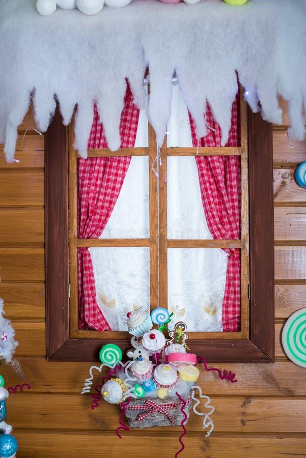 与圣诞节装饰的结霜的视窗 免版税库存照片