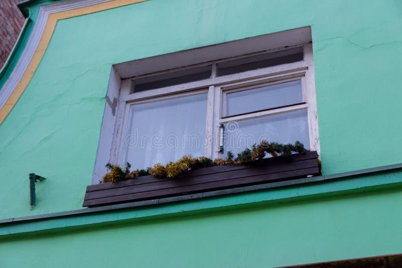 与圣诞节装饰的老窗口 库存图片