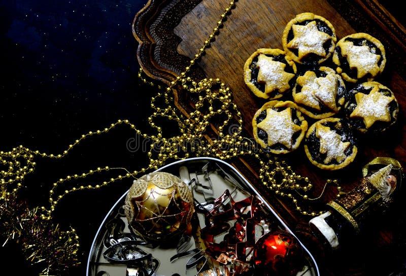 与圣诞节装饰的肉馅饼 免版税图库摄影
