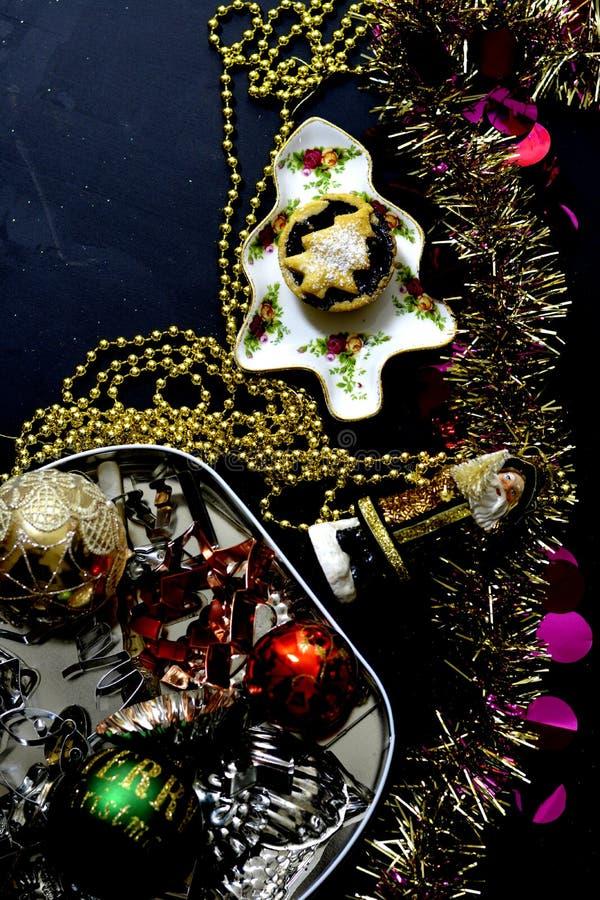 与圣诞节装饰的肉馅饼 免版税库存照片