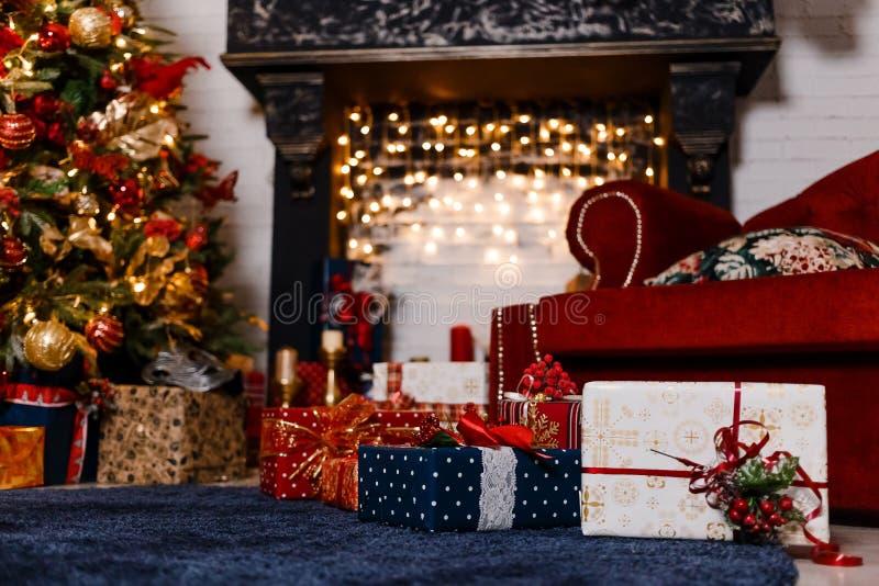 与圣诞节诗歌选的美丽的黑壁炉 库存照片