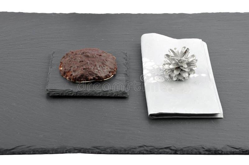 与圣诞节餐巾的德语Lebkuchen在板岩 免版税库存照片