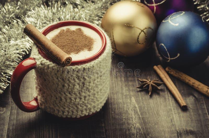 与圣诞节decoration/T的传统自创蛋黄乳鸡尾酒 免版税库存图片