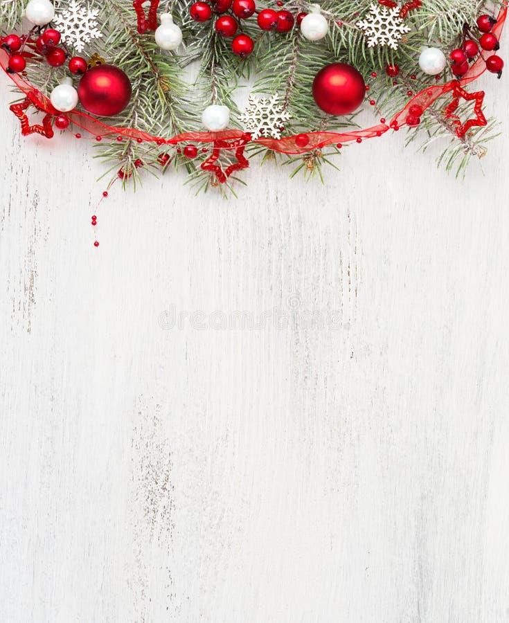 与圣诞装饰的冷杉分支在与空的空间的老木破旧的背景文本的 顶视图 免版税库存图片