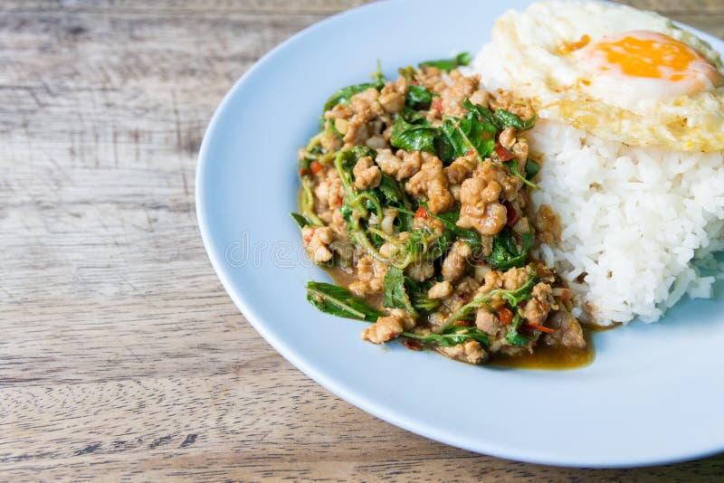与圣洁蓬蒿和蒸的米的混乱油煎的剁碎的猪肉 免版税库存图片