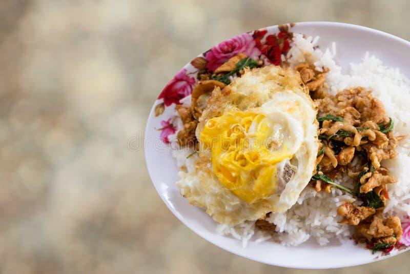 与圣洁蓬蒿和蒸的米(泰国食物)的混乱油煎的剁碎的猪肉 库存图片