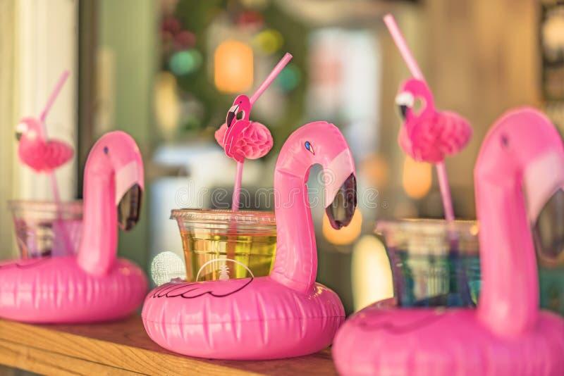 与在一个酒吧柜台和浮体的鸡尾酒杯排列的一个火鸟型秸杆在美滨镇手段美国村庄 免版税图库摄影