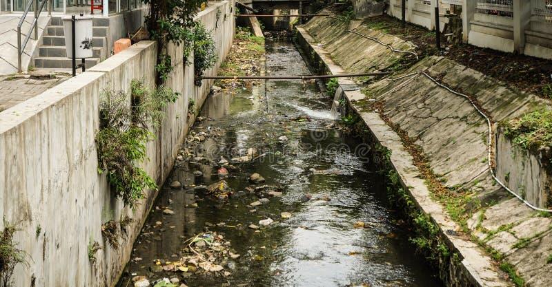 与在三宝垄拍的垃圾照片的肮脏的垄沟印度尼西亚 免版税库存照片