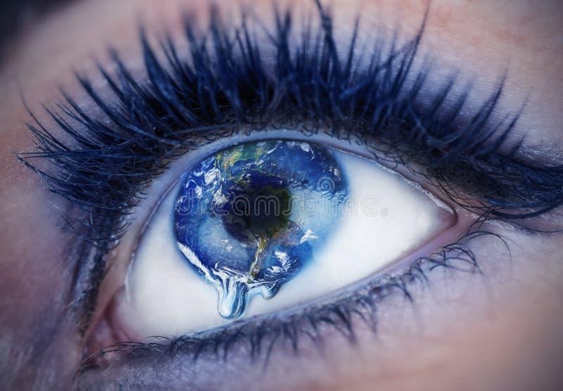 与在世界里面的眼睛 地球是哭泣由于污染,战争,恐怖主义 美国航空航天局提供的地球 免版税库存照片