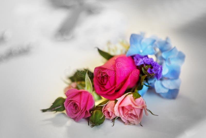 与在婚礼之日婚姻f的白色和桃红色玫瑰的新娘花束 库存图片