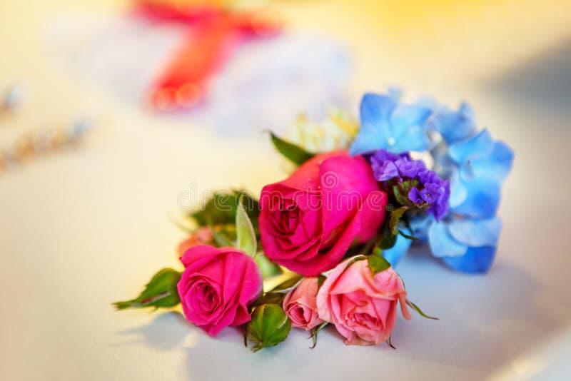与在婚礼之日婚姻f的白色和桃红色玫瑰的新娘花束 免版税库存照片