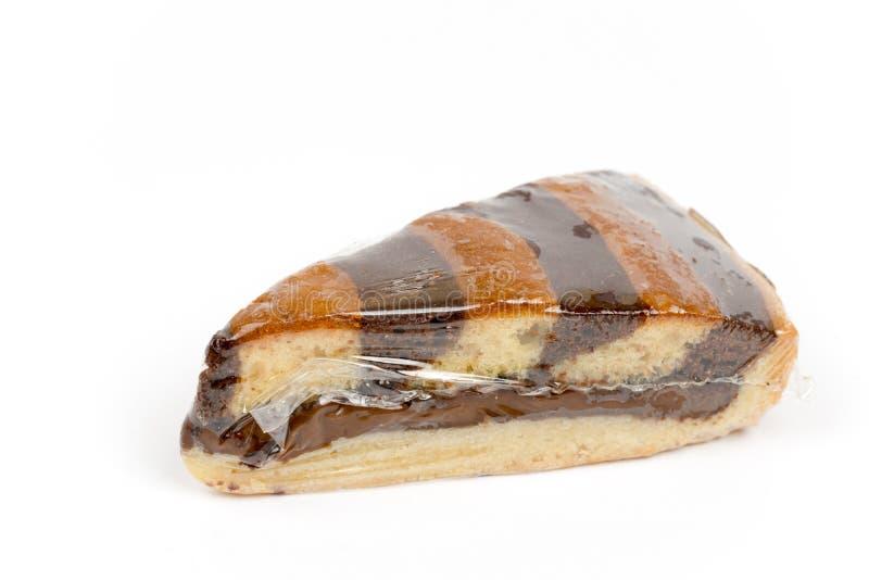 与在尼龙包裹的巧克力奶油的蛋糕 免版税库存照片