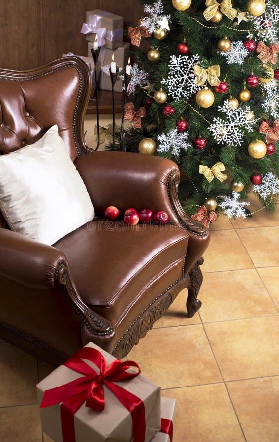 与在底下礼物的圣诞树 免版税库存照片