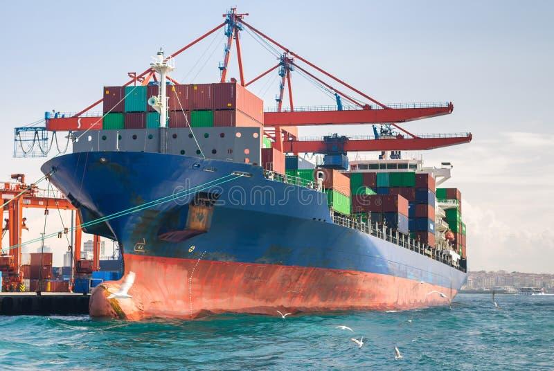 与在机上的容器的货船 免版税库存图片