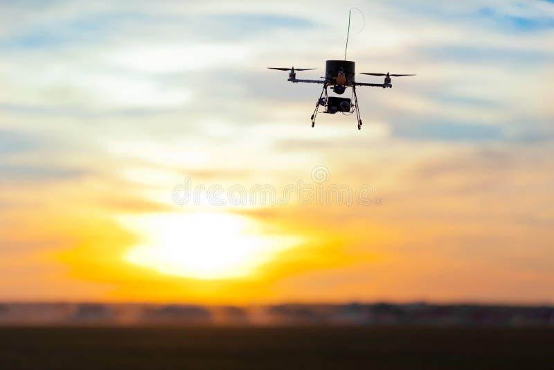 与在机上的照相机的Multicopter 库存照片