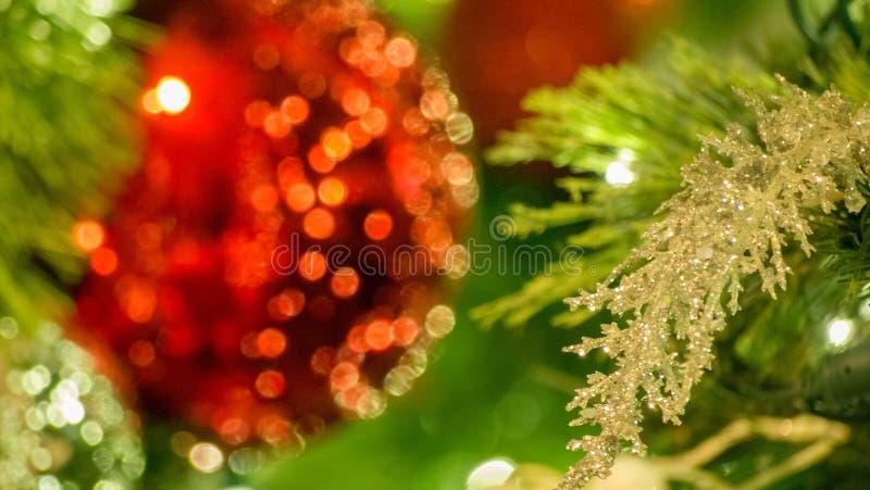 与在框架左边弄脏的红色装饰品的银色圣诞装饰  免版税库存图片