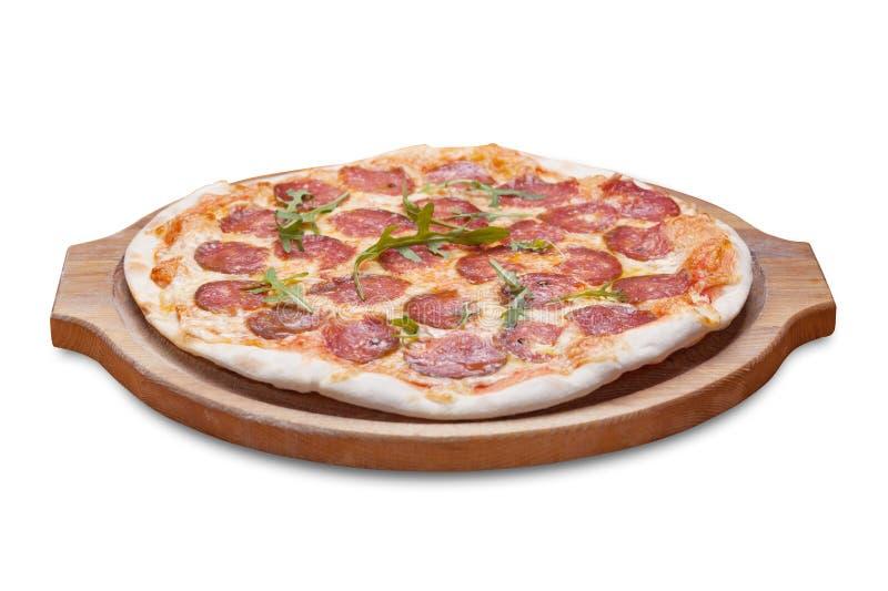与在白色和橄榄的鲜美薄饼隔绝的菜、鸡 免版税库存照片