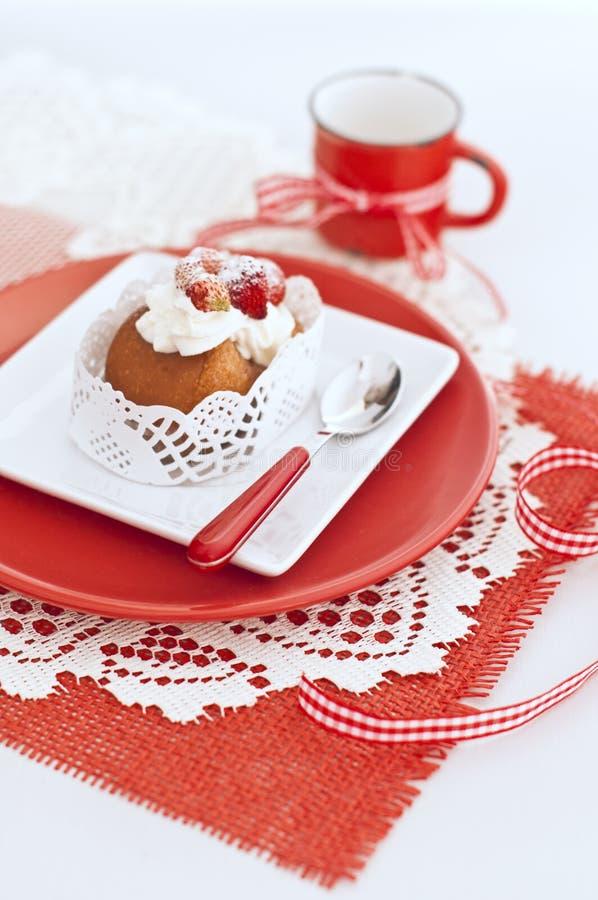 与在白色和红色板材和r的奶油的酵母酒蛋糕和草莓 库存图片