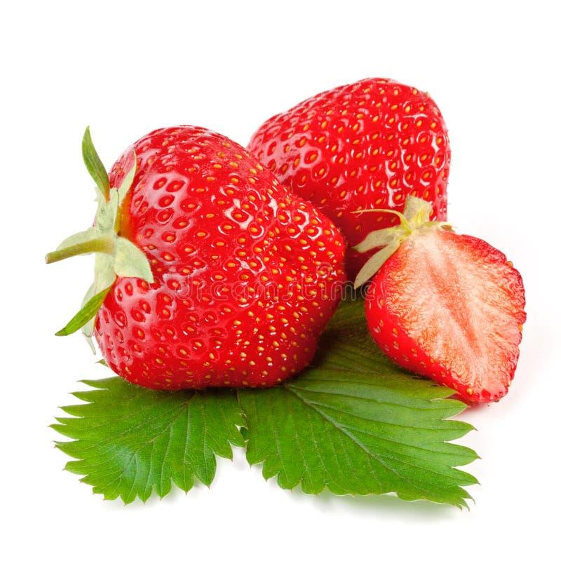 与在白色查出的叶子的新鲜的草莓 免版税库存照片