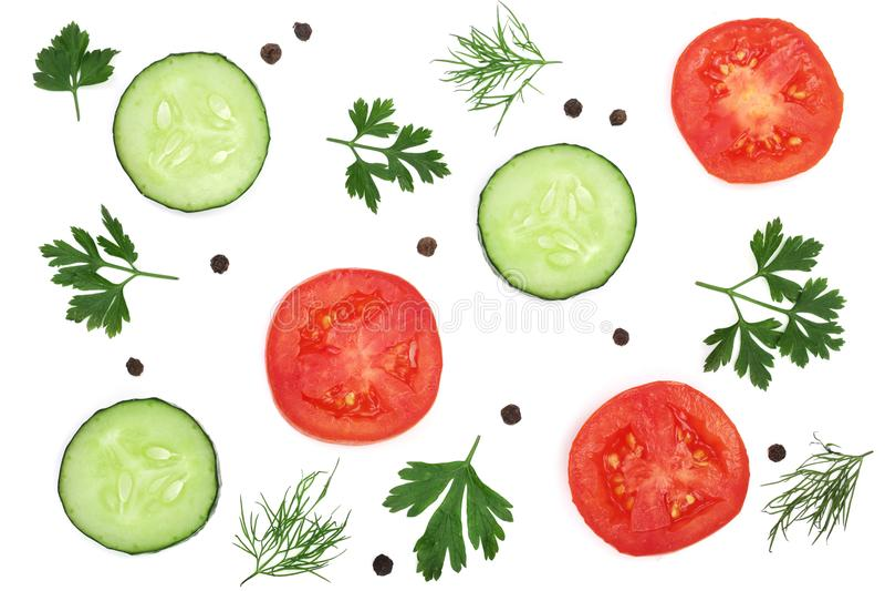 与在白色背景和干胡椒的蕃茄和黄瓜切片隔绝的荷兰芹叶子、莳萝 顶视图 免版税库存图片