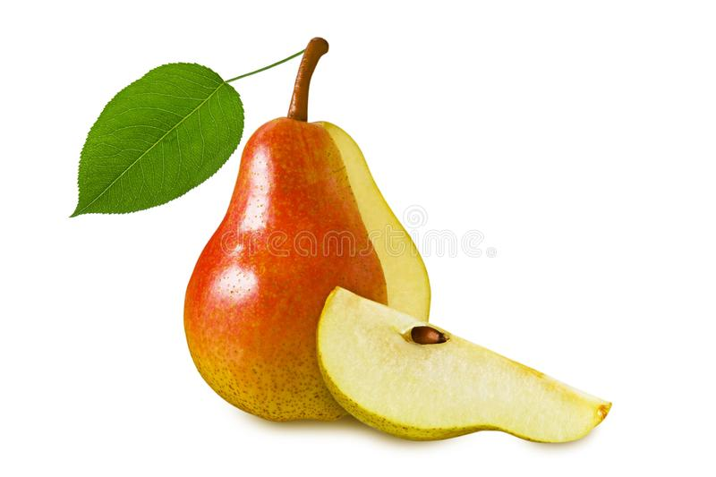 与在白色背景和绿色叶子的梨成熟水多的红色黄色果子隔绝的切片 免版税图库摄影