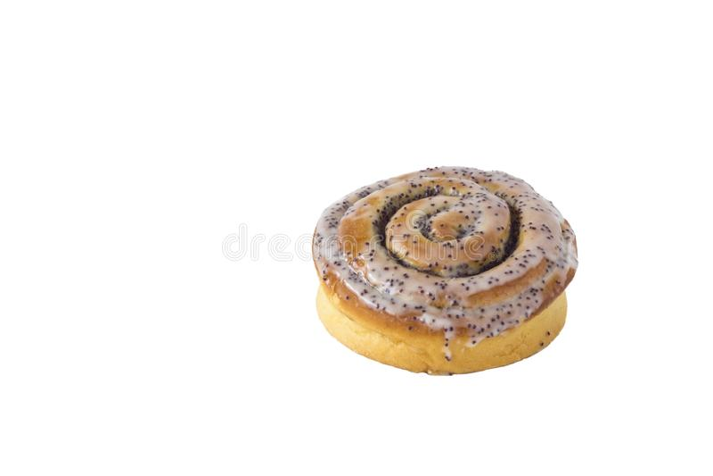 与在白色背景和罂粟种子特写镜头的新鲜的被烘烤的黄褐色小圆面包隔绝的奶油 库存图片