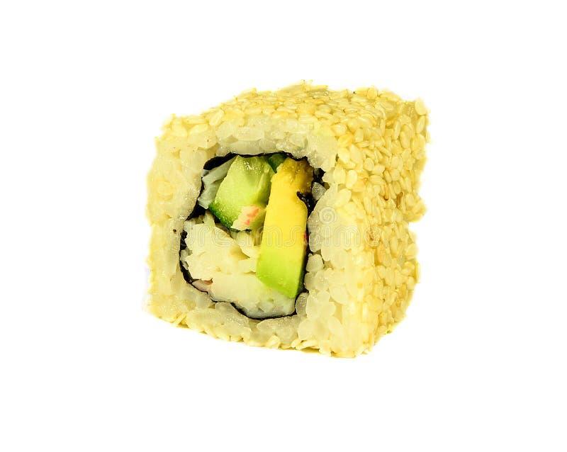 与在白色背景和鲕梨和黄瓜隔绝的螃蟹的传统日本寿司卷加利福尼亚 免版税库存图片