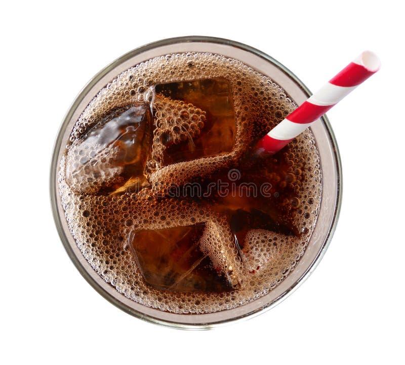 与在白色背景在玻璃顶视图隔绝的冰块的可乐,道路 免版税库存照片