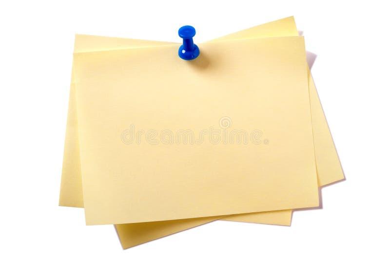 与在白色背景隔绝的别针的黄色稠粘的岗位笔记 免版税库存图片