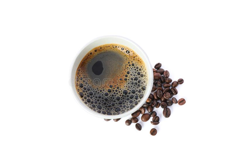 与在白色背景隔绝的咖啡豆的纸玻璃,顶视图 图库摄影