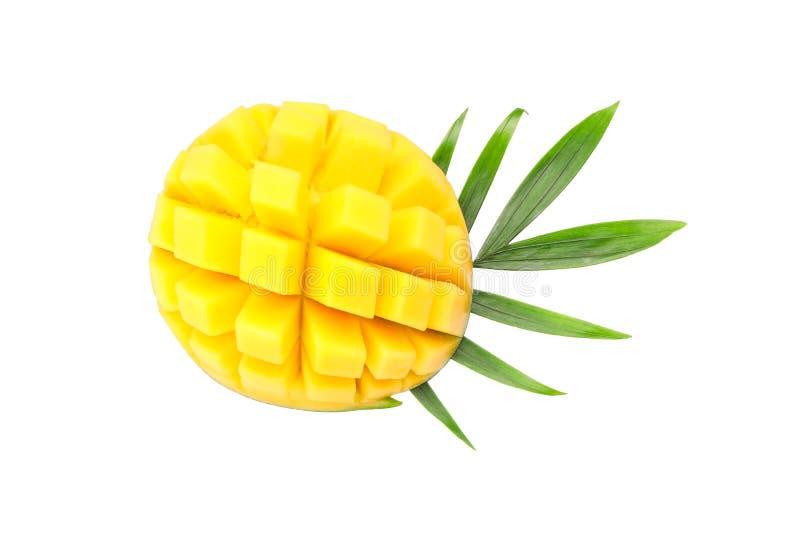 与在白色背景隔绝的棕榈叶的新鲜的芒果 免版税库存照片