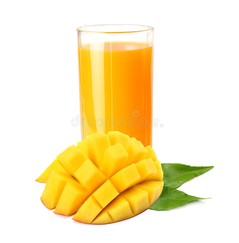 与在白色背景隔绝的橙色和绿色叶子的芒果汁 在水罐的汁液 库存照片