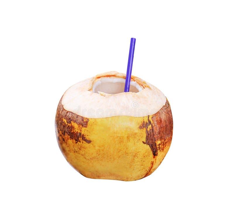 与在白色背景隔绝的紫色吸管的黄色椰子,裁减路线,新鲜的汁液 免版税库存照片