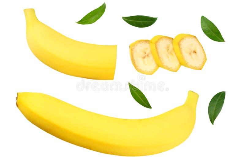 与在白色背景隔绝的绿色叶子的切的香蕉 r 免版税库存照片