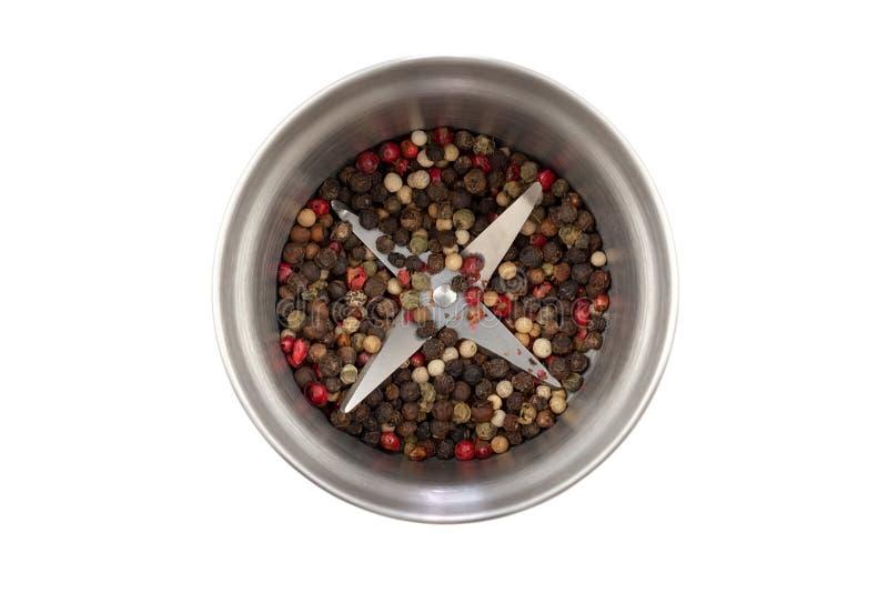 与在白色背景隔绝的胡椒混合的现代钢胡椒研磨机 r 胡椒五谷的四种类型的混合 库存图片