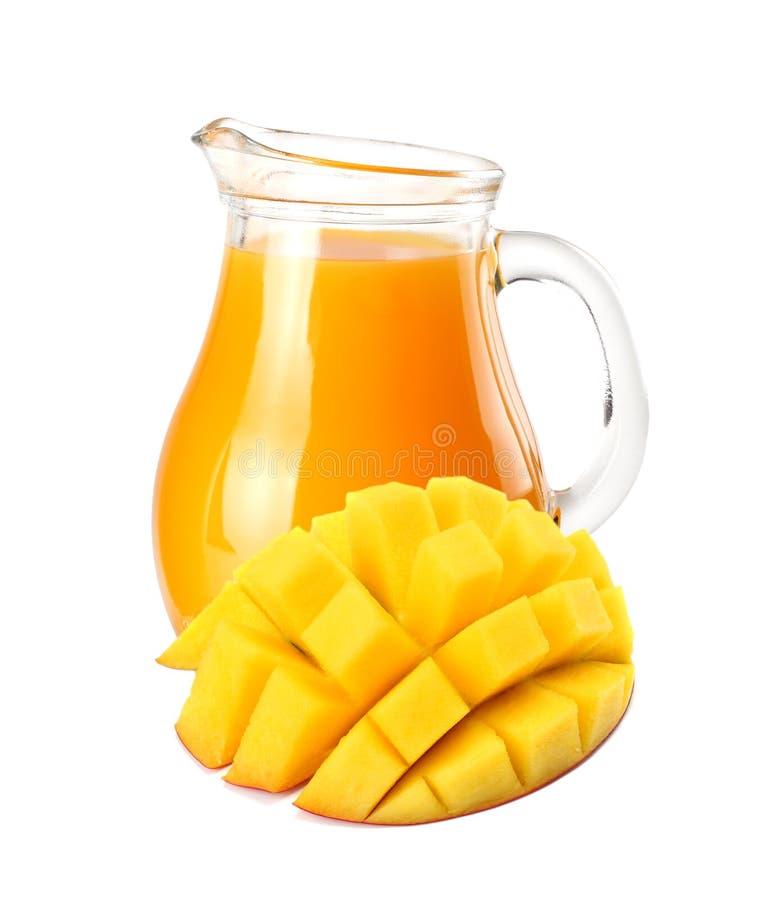 与在白色背景隔绝的芒果切片的芒果汁 水罐芒果汁 免版税图库摄影