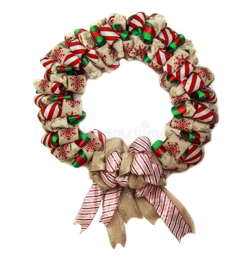 与在白色背景隔绝的装饰的红色和绿色丝带圣诞节花圈 免版税库存图片