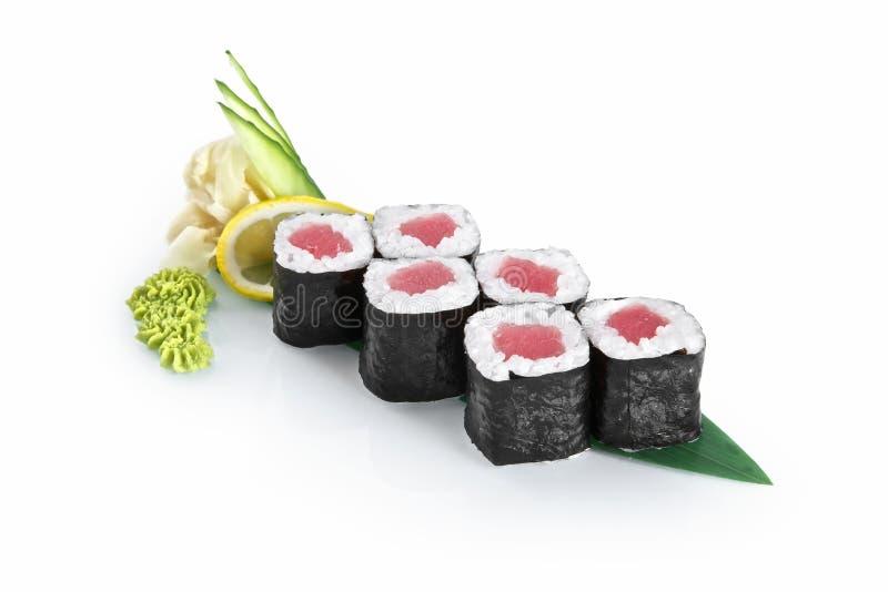 与在白色背景隔绝的金枪鱼的寿司卷 免版税库存图片