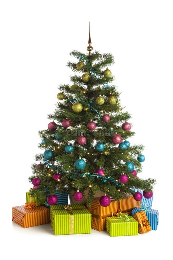 与在白色隔绝的下面礼物的有启发性圣诞树 免版税图库摄影