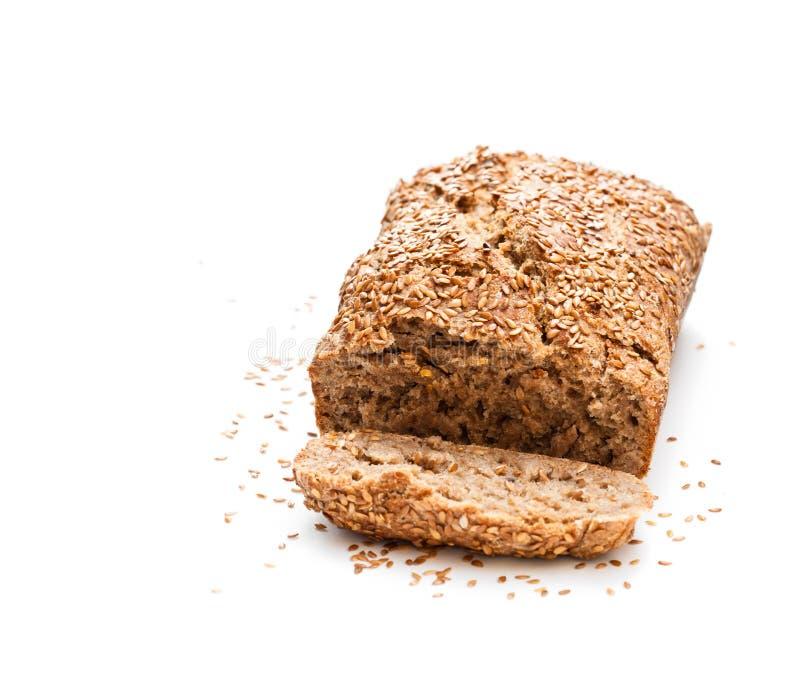 与在白色隔绝的亚麻籽的自创全麦的黑麦面包 免版税库存照片