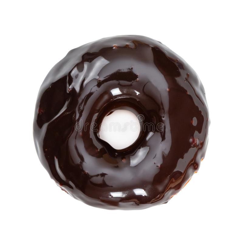 与在白色隔绝的光滑的镜子巧克力釉的多福饼 免版税库存图片