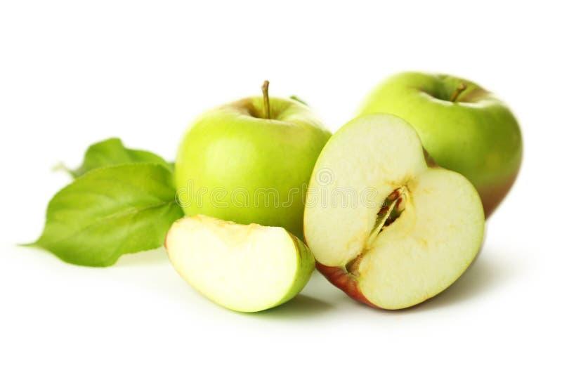 与在白色隔绝的叶子的绿色苹果 免版税库存照片