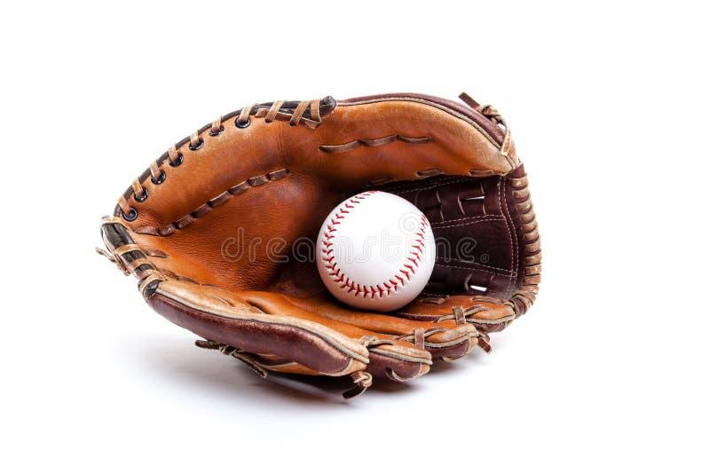 与在白色隔绝的球的皮革棒球或垒球手套 免版税库存照片
