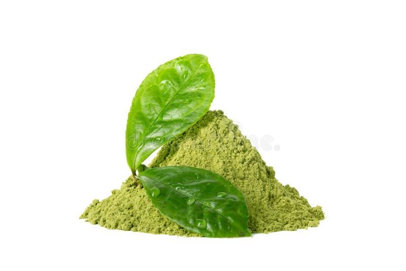 与在白色隔绝的绿色湿叶子的绿色matcha茶粉末 库存图片