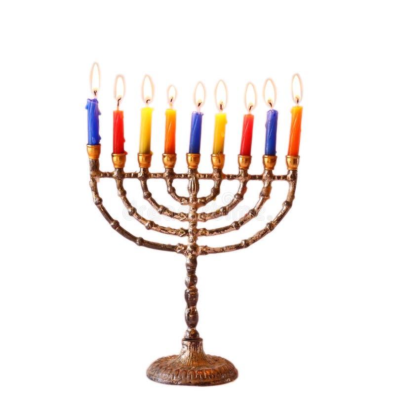 与在白色隔绝的menorah灼烧的蜡烛的犹太假日光明节背景 库存图片